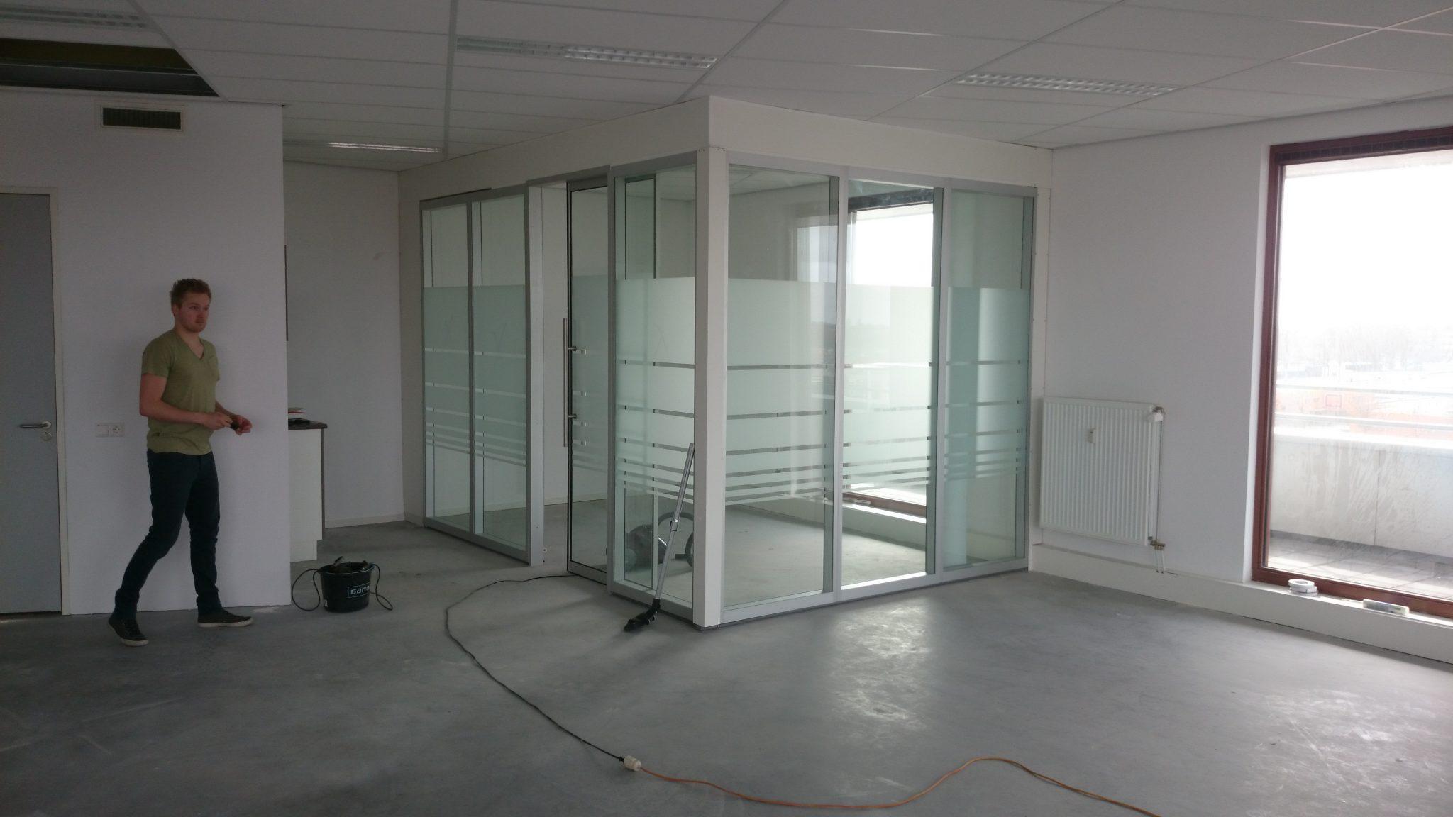 Installatie glazen systeemwanden kantoor