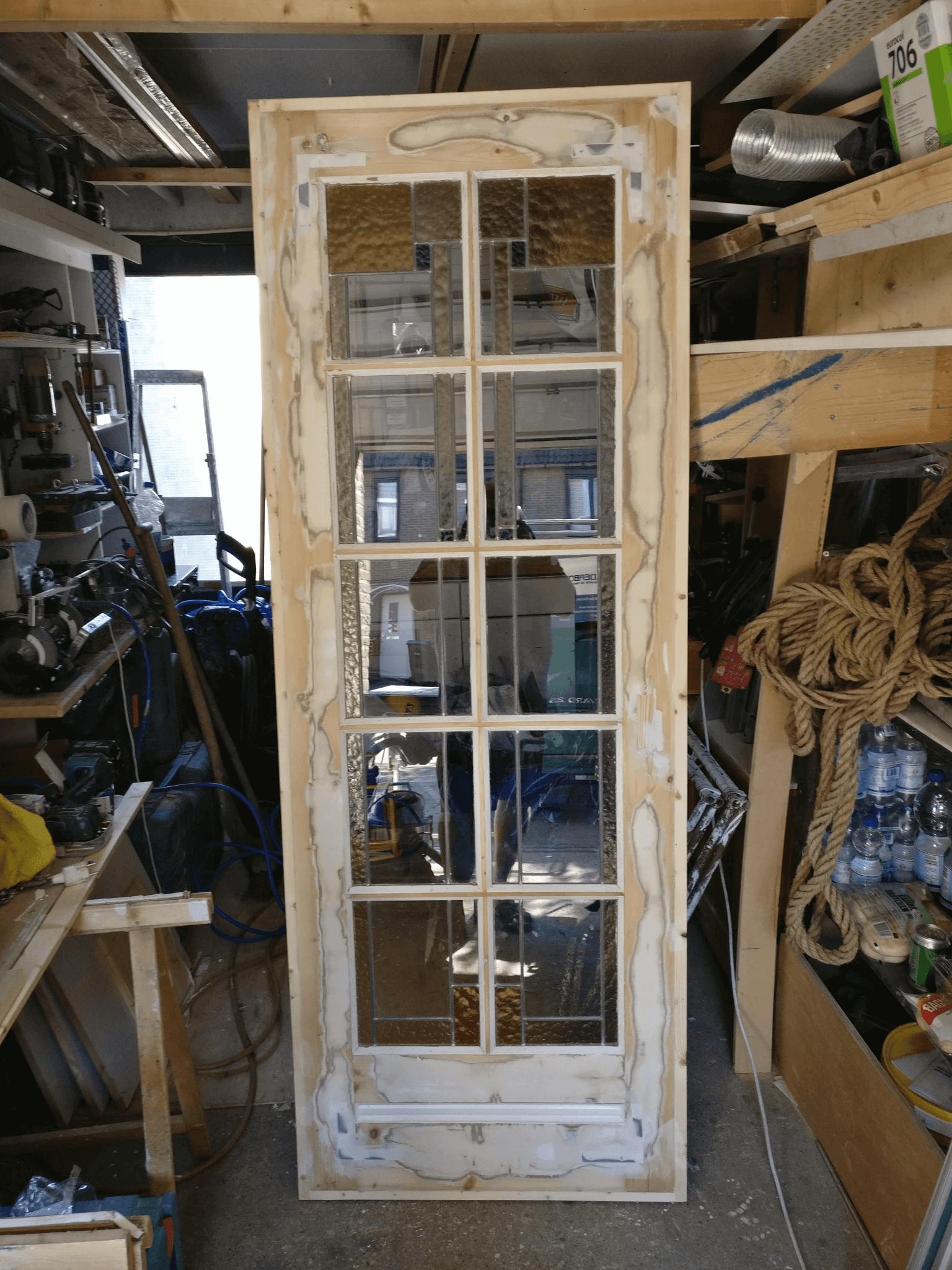 Oude glas en lood deur van rot hersteld