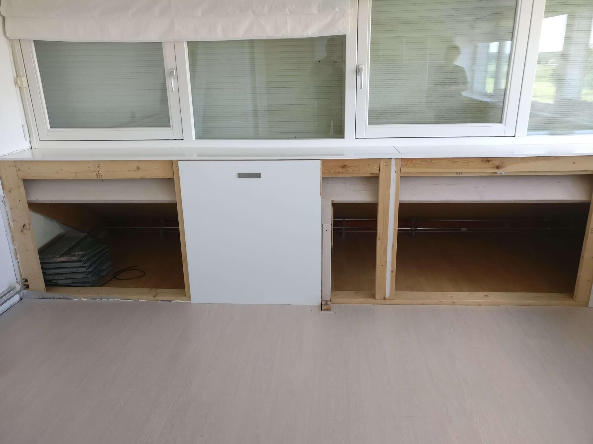 Brede vensterbank met daaronder opslagruimte